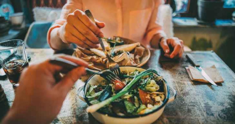 تناول العشاء قبل التاسعة يقي من السرطان