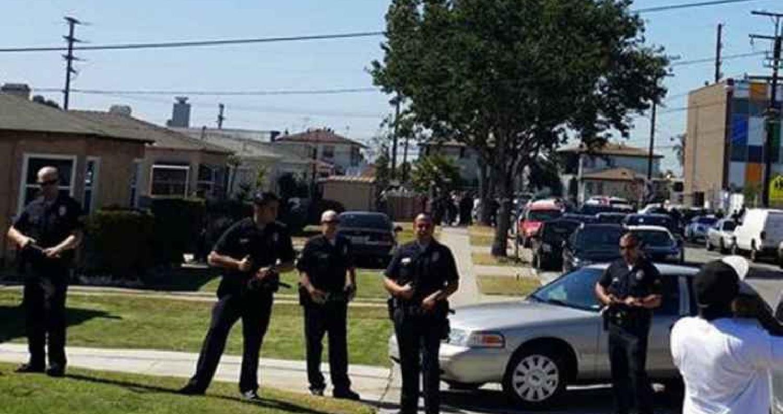 أعلنت السلطات الامريكية، فجر الأحد، عن اعتقال رجلا احتجز رهائن وتحصن داخل أحد متاجر سلسلة تريدر جو في لوس انجلوس، بعد تحطم سيارته خارج المتجر أثناء
