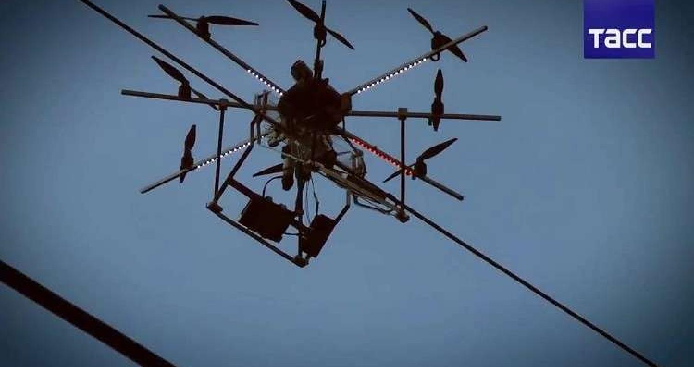 زوّد العلماء في جامعة الأورال الفدرالية الروسية طائرة من دون طيار بروبوت يضع الطلاء المقاوم للجليد والتآكل على الأسلاك الكهربائية