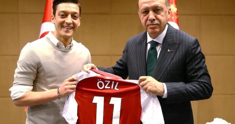 أوزيل يخرج عن صمته ويتحدث عن صورته مع الرئيس التركي أردوغان