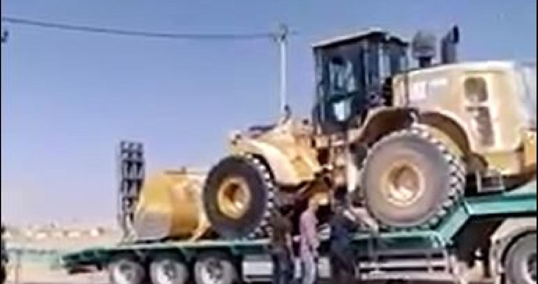 نشر نشطاء في مواقع التواصل الإجتماعي، اليوم الاثنين، مقطع فيديو يظهر إستعادة عدد من المواطنين نقلة رمل بعدما إكتشفوا أنها لخط غاز الإحتلال الإسرائيلي