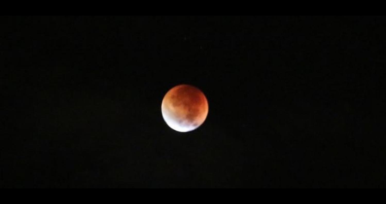 يترقب عشاق الظواهر الفلكية حول العالم، ظاهرة خسوف القمر، الأطول في القرن الحادي والعشرين، التي ستحدث يوم الجمعة المقبل، في معظم دول إفريقيا وأوروبا، و